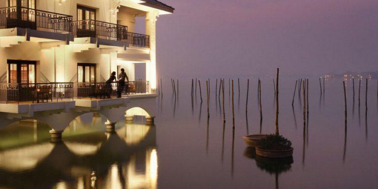 O hotel que parece flutuar sobre as águas de um lago